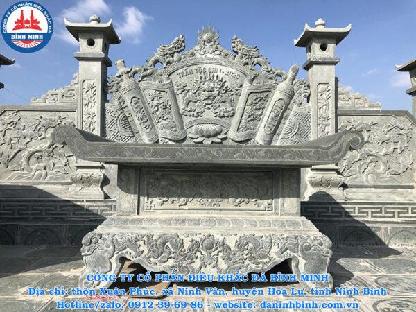 Bàn lễ đá đi kèm với đèn thờ đá