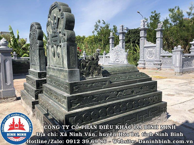 Bên hông và mặt sau mộ đá đôi xanh rêu tại Nam Định