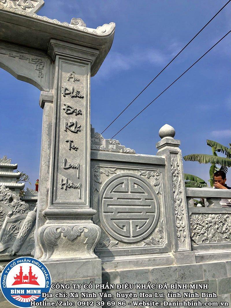 Chữ thọ bên cạnh cổng đá khu lăng mộ