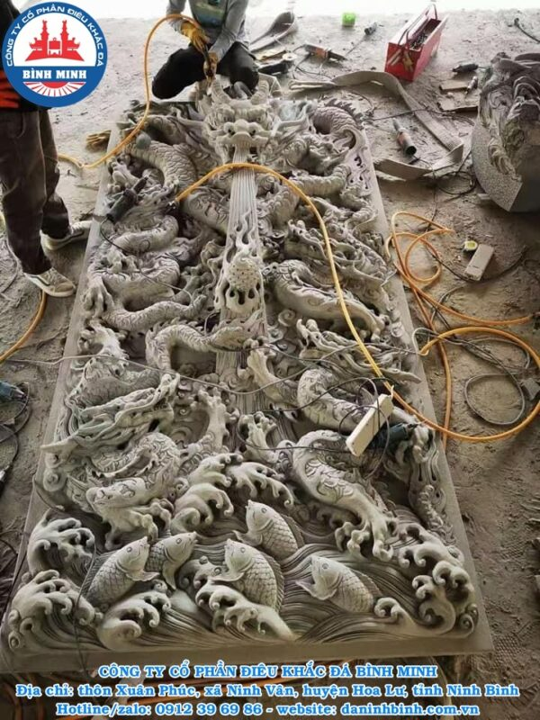 Điêu khắc chiếu rồng đá tại xưởng Bình Minh