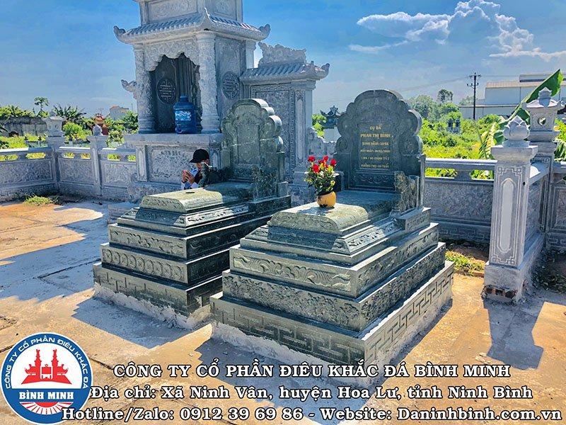 Góc nhìn bên trái mộ đá xanh rêu tại Nam Định