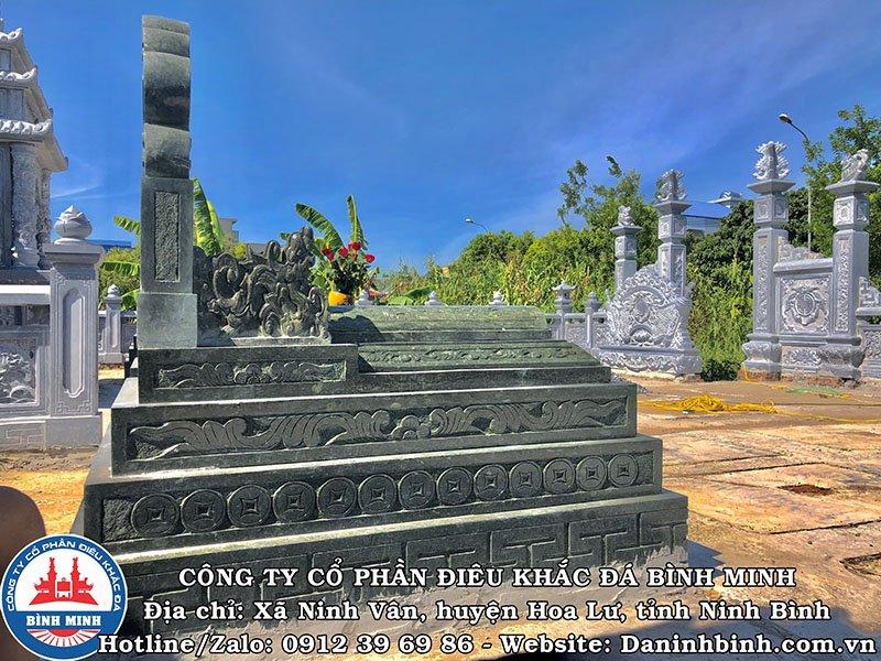 Mặt hông mộ đá xanh rêu tại Nam Định