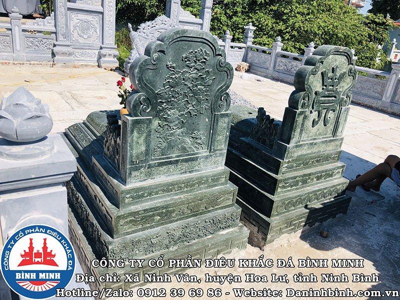 Mặt sau mộ đá đôi xanh rêu tại Nam Định
