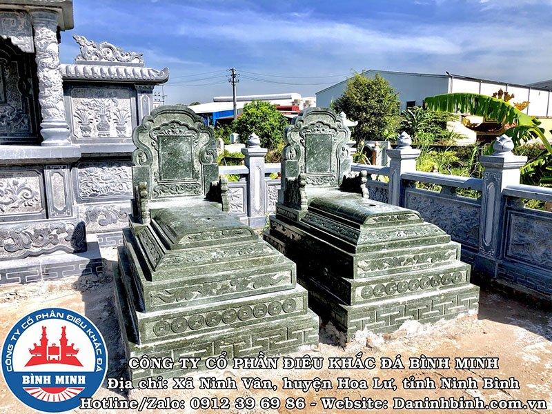 Mặt trước mộ đá đôi xanh rêu tại Nam Định