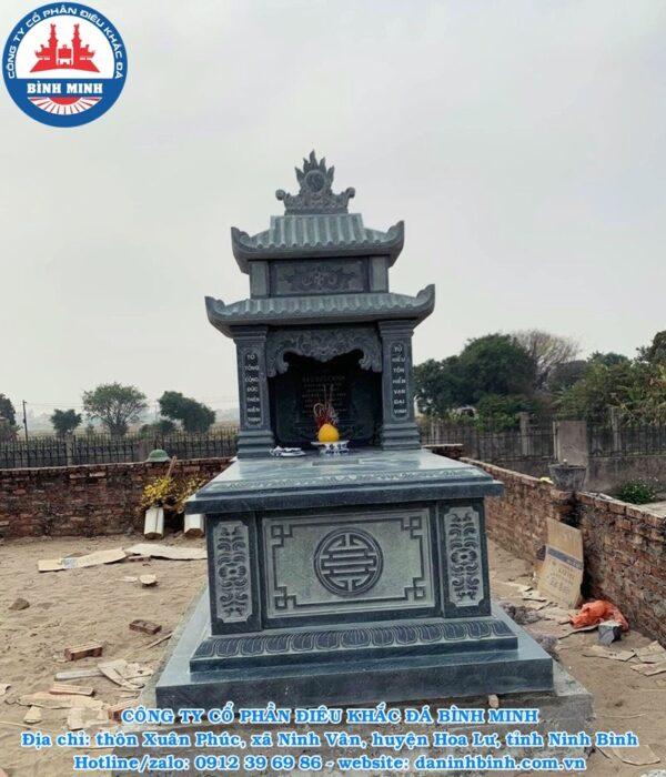 Mặt trước mộ đá hai mái xanh rêu Công Ty Bình Minh