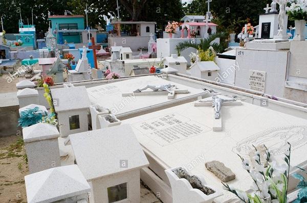 Mẫu mộ công giáo sơn màu trắng rất nổi bật