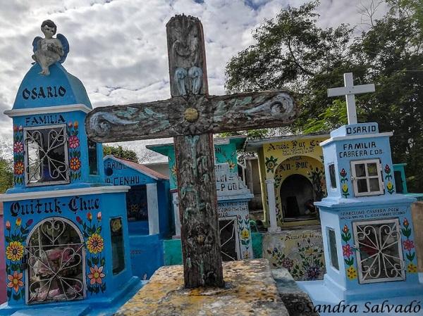 Chọn màu xanh để sơn lăng mộ các cụ